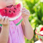 Barn spiser melon