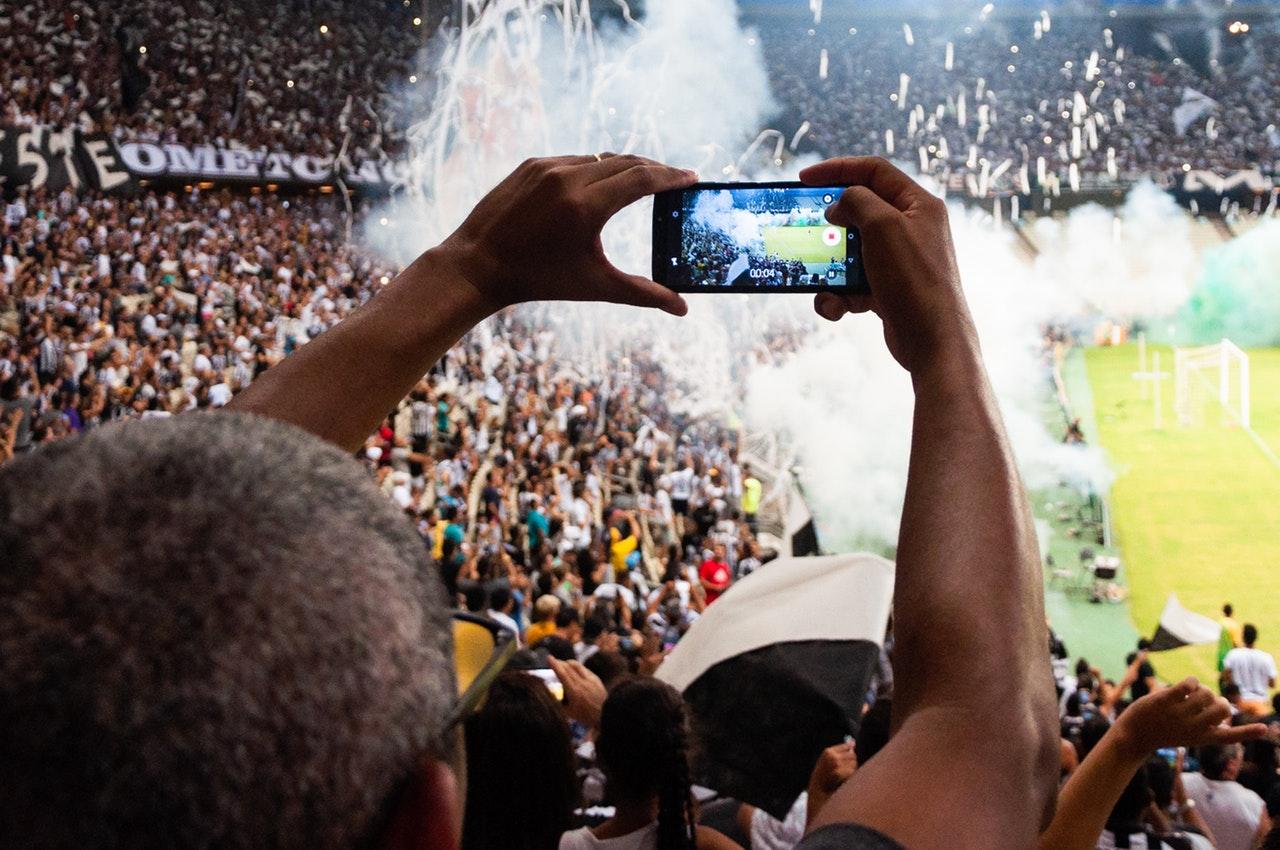 Tilskuer til fodboldkamp