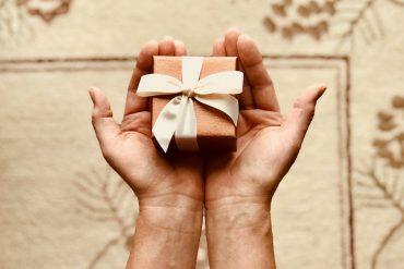 Person holder gave til kæresten