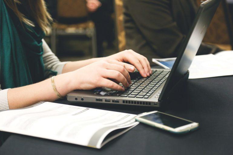 Kvinde skriver ting på sin bærbar computer