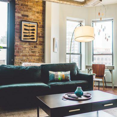 Moderne flot stue med massere af lys